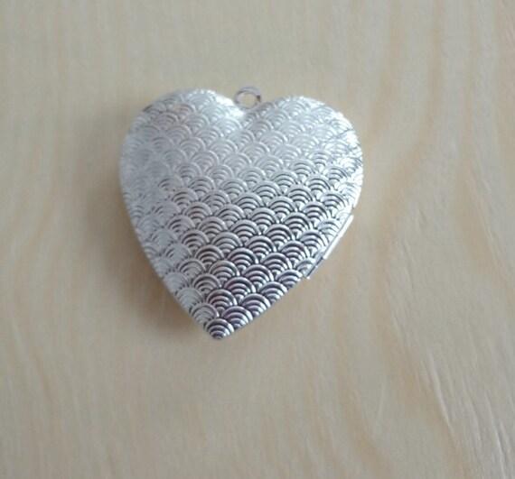 Scalloped Heart Lockets 5pc
