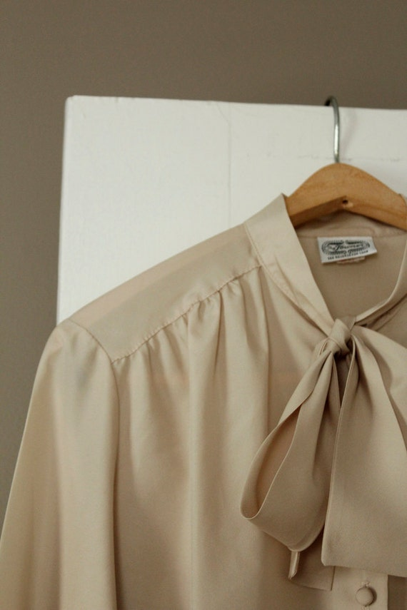 SALE // 70s The Towner Union Made Long Sleeve Top Pleats Shirt Beige Tie Bow Collar Size XL