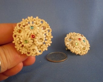 Vintage white rhinestone flower clip earrings (C4)