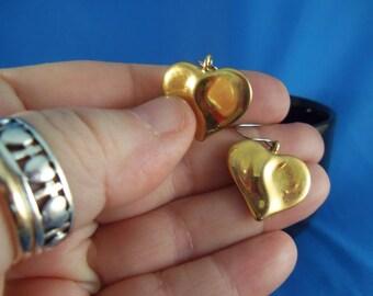 Vintage gold tone pierced heart earrings. (P83)