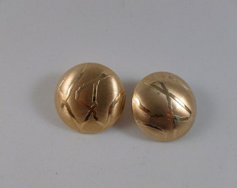 Round gold tone clip earrings. (C74)