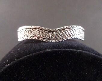 Silver bracelet with detail design. (B17)