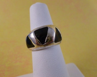 Sterling silver and black triangle ring. (R22)
