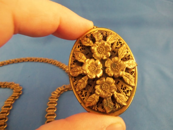 Gold tone Flower perfume locket and detailed chain.(N54)