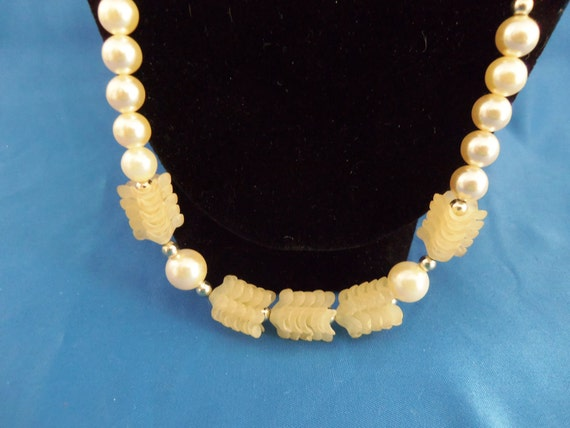 Vintage ivory pearl and wavy disk necklace. (N57)