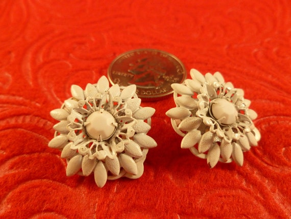 Lisner white detailed flower clip earrings.(C69)