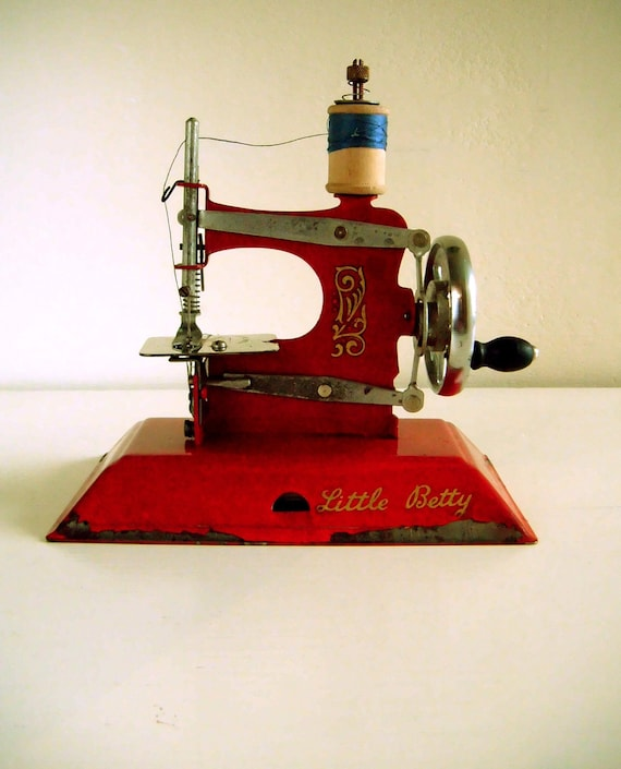 Little Betty Miniature Sewing Machine in red. Working.  Straco Toy Sewing Machine Company, Britain. Model W2.