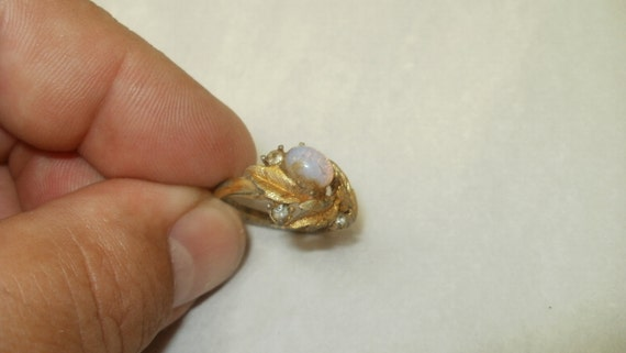 Dirty Avon Gold Tone Ring With Cast Leaves And Jelly Opal