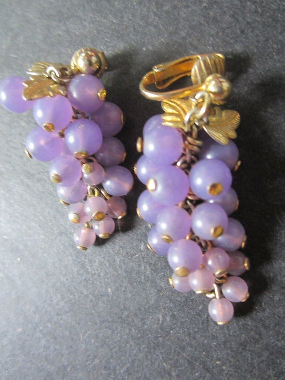 Vintage Lucite Grape Dangle Earrings - Lavender Cluster of Grapes with Gold Tone Leaves - Clip Style Earrings - Womens Vintage Jewelry