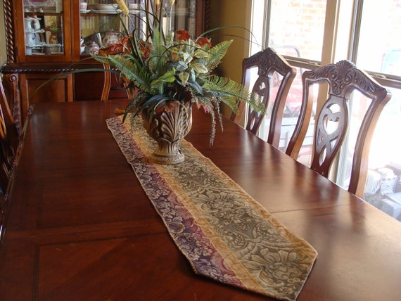 A elegant table runner for your home