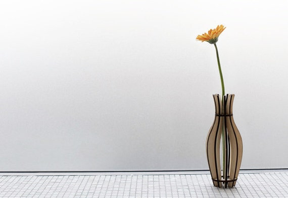 Fin Vase - a flat packable wooden vase