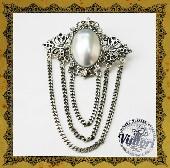 Vintage brooch with rhinestones and chains