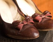 Late 40s/Early 50s Chestnut Brown Bow Pumps - Air Steps, Size 9AA