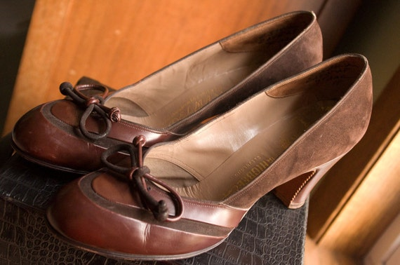 1940s Chestnut Leather and Chocolate Suede Bow Pumps - Delman, Size 7AAA