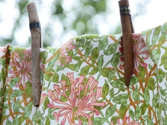 HONEYSUCKLE MINOR - Vintage William Morris Sanderson floral cotton fabric