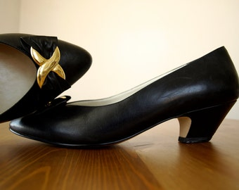 Sale - Vintage 1980s CALICO CLASSICS Black Leather Kitten Heel Pumps With a Gold Metal X Clasp on a Leather Black Bow 9M