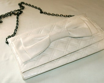 SALE / Vintage white handbag with a bow and chain strap