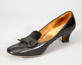 Vintage 1960s Black Leather Pilgrim Style Mod Kitten Heels with Darling Bows Size 7