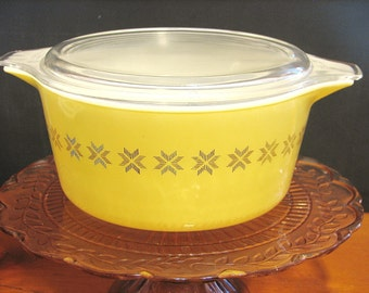 Pyrex 1 1/2 Quart Covered Casserole 'Town and Country'