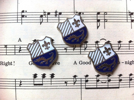Vintage Blue and Silver Metal Crest with Lion 15mm (APS085)