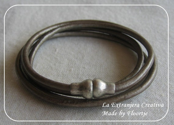 Leather wrapbracelet with magnetic lock