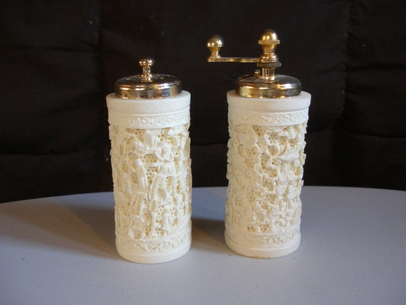 Vintage Carved FRENCH IVORY Pepper GRINDER Salt Shaker Asian Scenes, Acciaio Temperato, Excellent Condition, Made in Italy