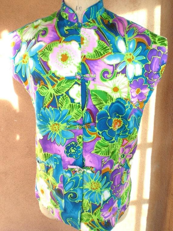 ORIG. VINTAGE 1960s wild floral print Hawaiian women's shirt asian cut made in Hawaii///FREE us shipping///