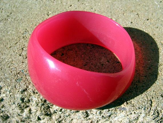Vintage Catalin bakelite bangle, fuchsia pink, chunky bangle