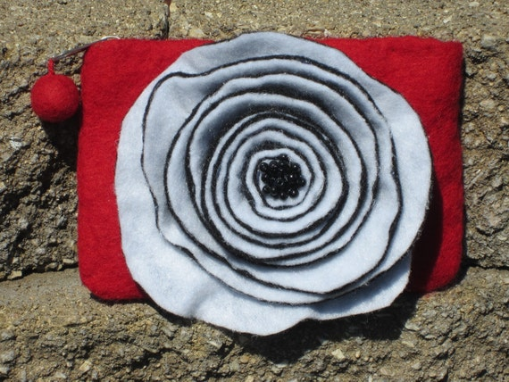 Coin Purse / Wallet in Felt. Novelty purse in red felt with black and white flower.