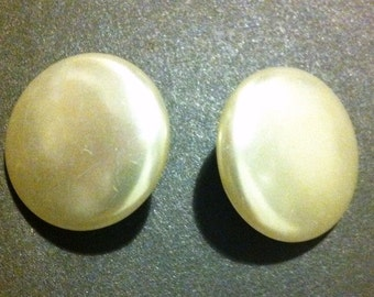 Pearl white round earrings