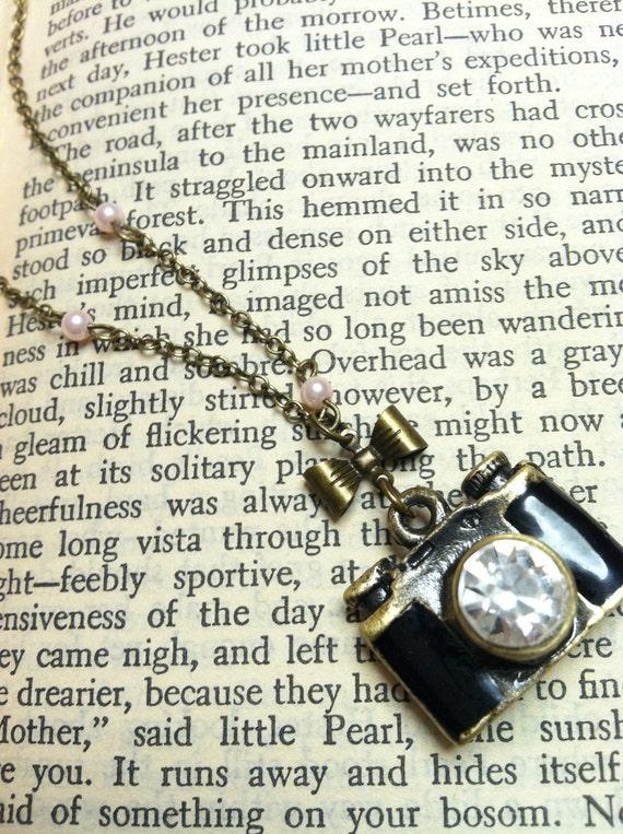 Quelle Surprise Camera Necklace