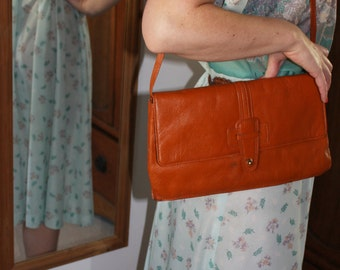 Circa 1970s Vintage Tan Leather Clutch Handbag with Detachable Leather Shoulder Strap