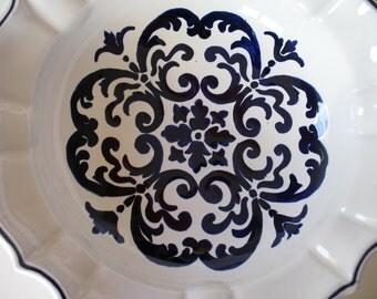 Maiolica Ceramic Bowl measuring  28 cm in diameter