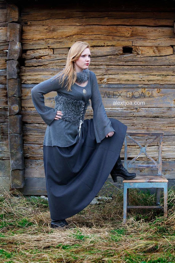 Tindra Viking woolen jumper with trumpet sleeves. Warm, light and elegant.