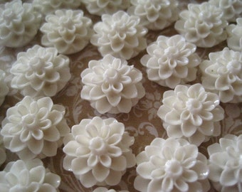 Off White Resin Flower Cabochons / 10 pcs Off White Resin Dahlia Mum 15mm / Flat Backs / No Holes