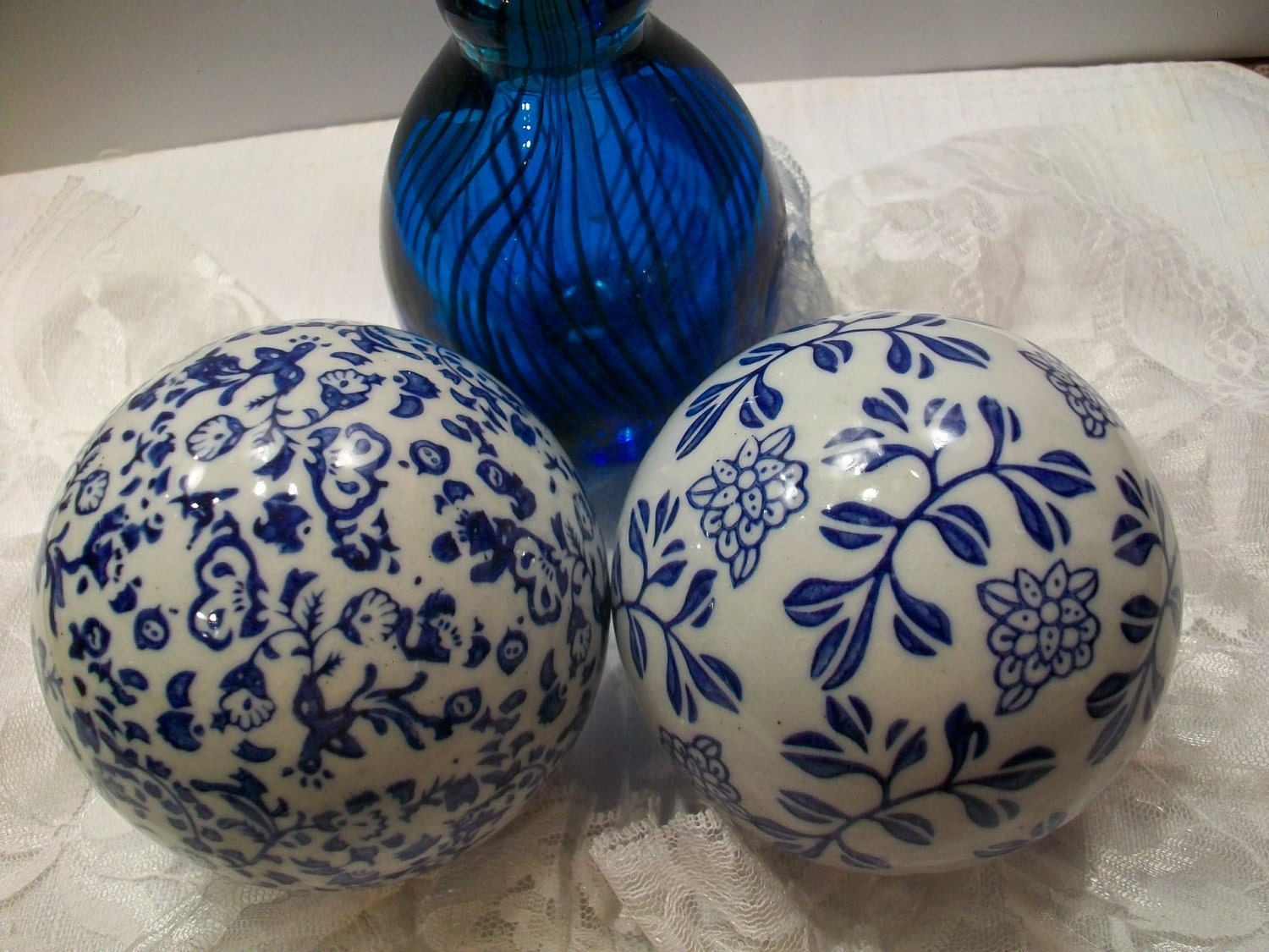 Set of porcelain decorative balls