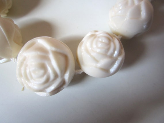 Vintage 1960s Plastic Round White Roses Necklace