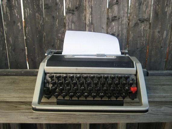 RESERVED for RGoodmanIII   Olivetti Underwood Lettera 33 Typewriter