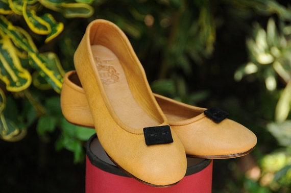 50% OFF SALE. size 8 us, 38,5 Eur womens flat shoes / tan leather.