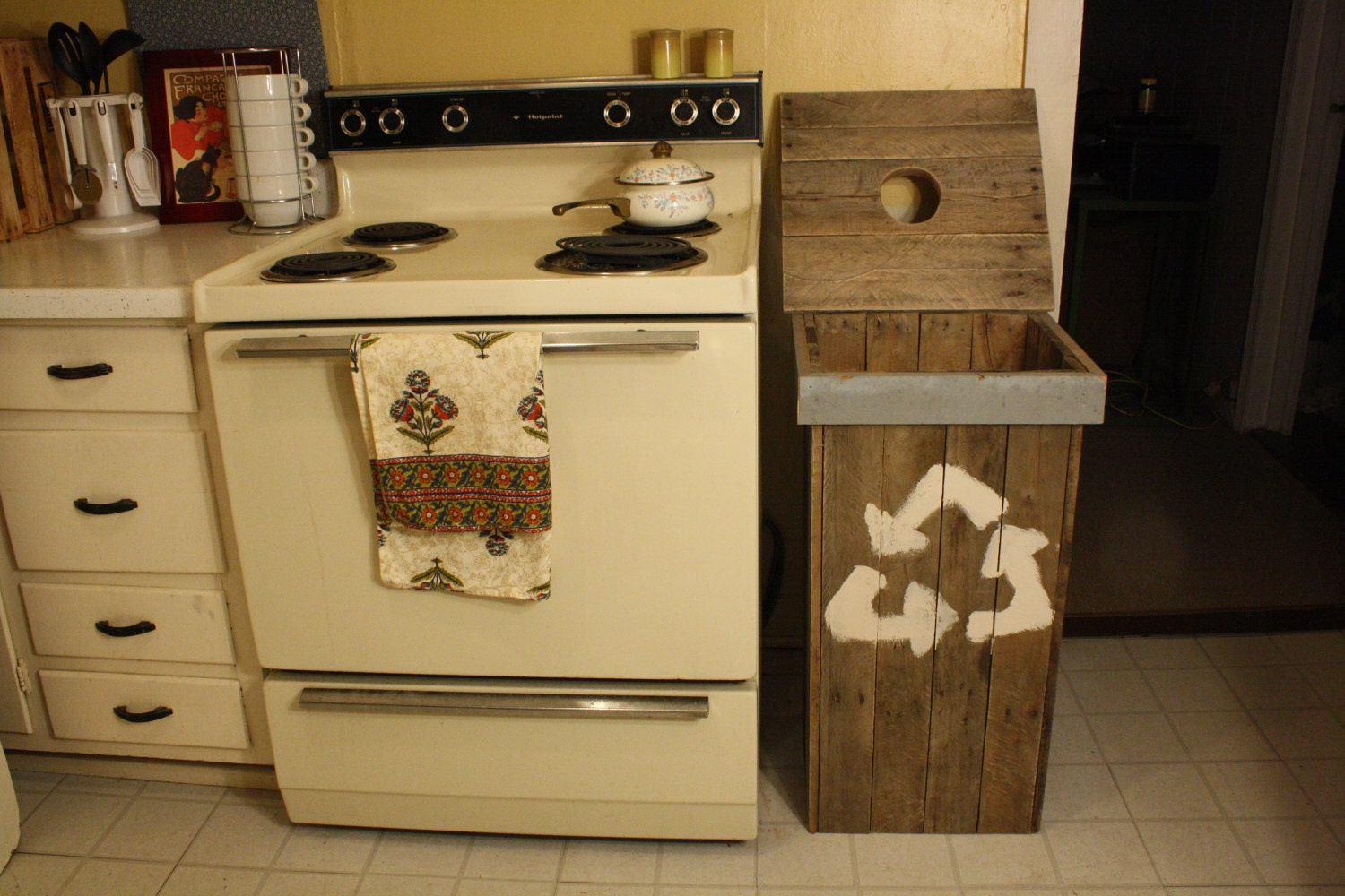 Recycle bin made from repurposed pallet wood by - Palette recyclee ...