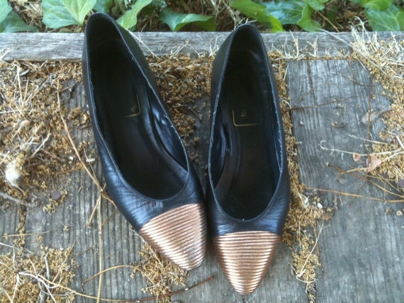 Vintage 1980s Black and Gold Tip Kitten Heel Shoe