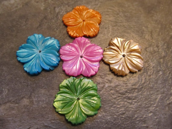 5 Carved Mother of Pearl Pendants, Plumeria Flowers, Tropical Colors, 25mm