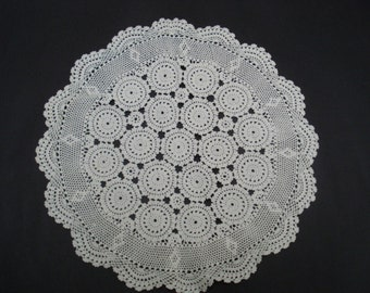 GORGEOUS - Hand Crochet lace - Round Centre Piece - Vintage