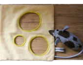 Peek-a-boo cloth: Mouse loves cheese