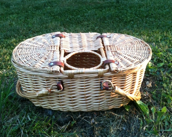 Picnic Basket Spotlight : Vintage wicker picnic basket