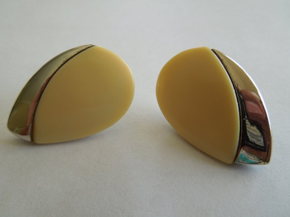 Vintage Post Earrings.  Almond Shape, Metallic and Hard Plastic Design, Nice Condition, 70s or 80s