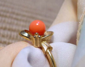 """Avon """"Spindrift"""" faux coral stone gold tone ring vintage 1975"""