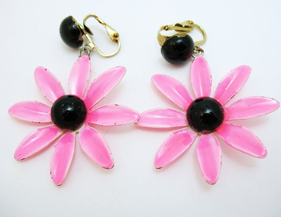 1960s or 1970s MOD HOT Pink Daisy Clip On Earrings Fabulous