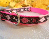 3/4 inch (1.9 cm.) adj., side release collar of Black and pink ARGYLE ribbon on hot pink webbing
