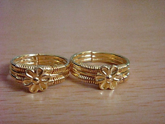 A pair of gold plated toe ring,adjustable